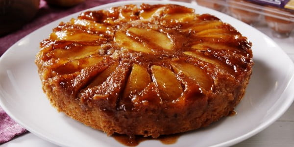 Caramel Apple Upside Down Cake Is The PERFECT Fall Dessert #apples #food #dessert #snack #recipe