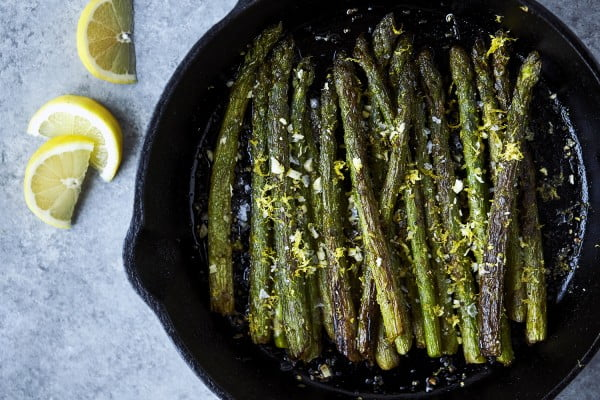 Cast Iron Charred Lemon Garlic Asparagus #recipe #food #dinner #castironskillet