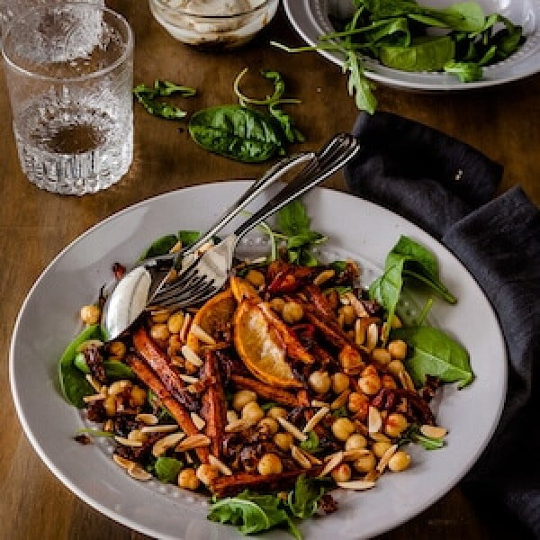 Roasted Moroccan Carrot Salad with chickpeas {vegan} #chickpea #healthy #dinner