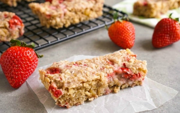 Strawberry Granola Bar Recipe #granolabars #snacks #healthy #food #recipe