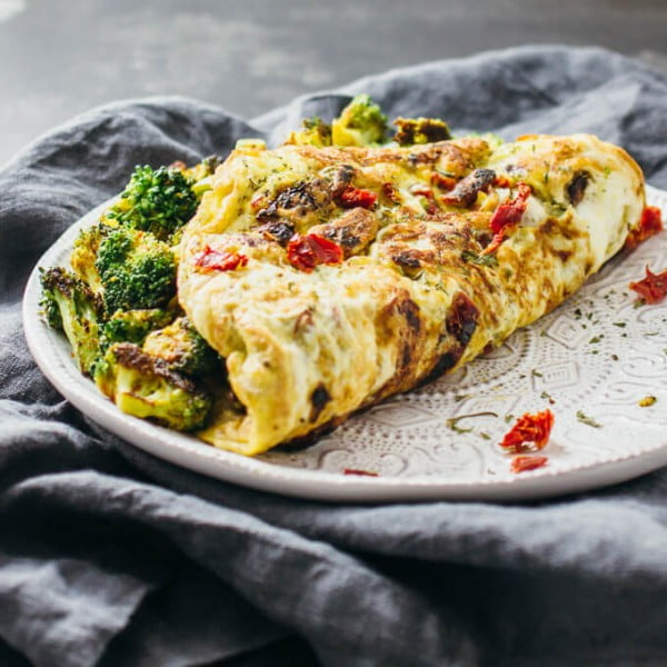 Curried omelette with broccoli and sun-dried tomatoes #omelette #breakfast #eggs #recipe