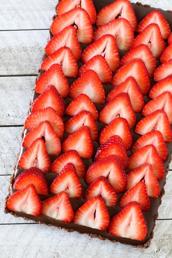 gluten free vegan no-bake strawberry chocolate tart #strawberry #dessert #berries #food #recipe