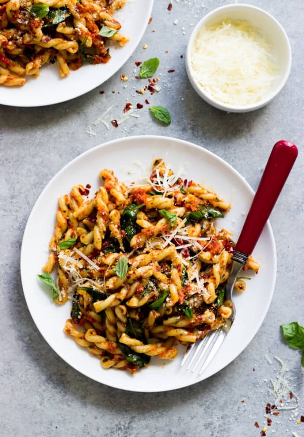 20-Minute Sun-Dried Tomato Pasta with Spinach [VIDEO] #20minute #pasta #recipe #dinner