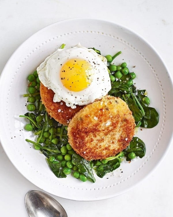 Fishcakes with minty peas and spinach #fish #fishcake #dinner #recipe
